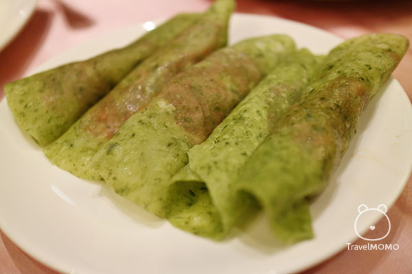 Sliced duck meat wrapped in scallion crepes. 片皮鴨捲三星蔥餅